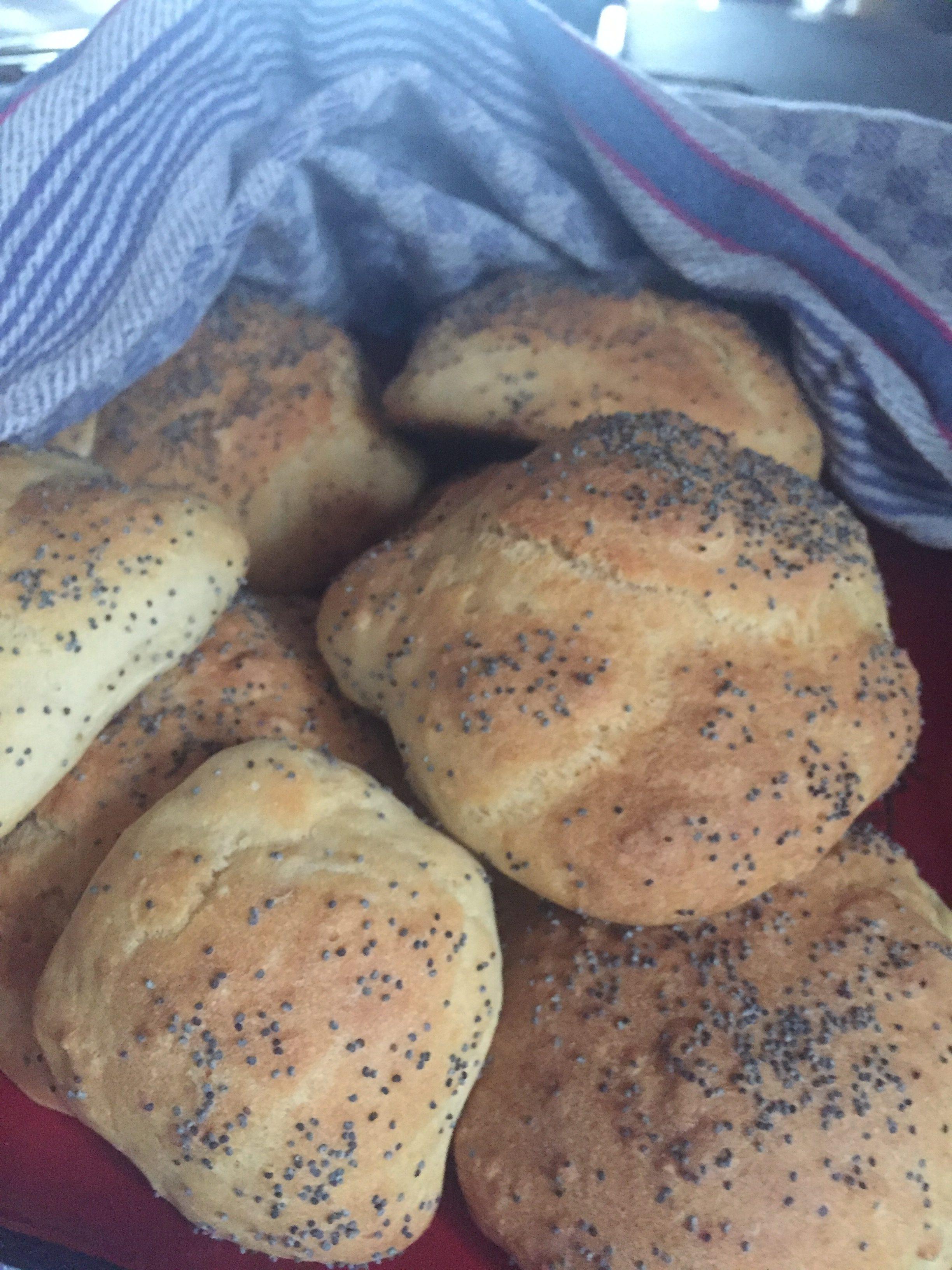 Buttermilch-Dinkelweckerl mit Mohn und Sesam 1 auf waskochen.at