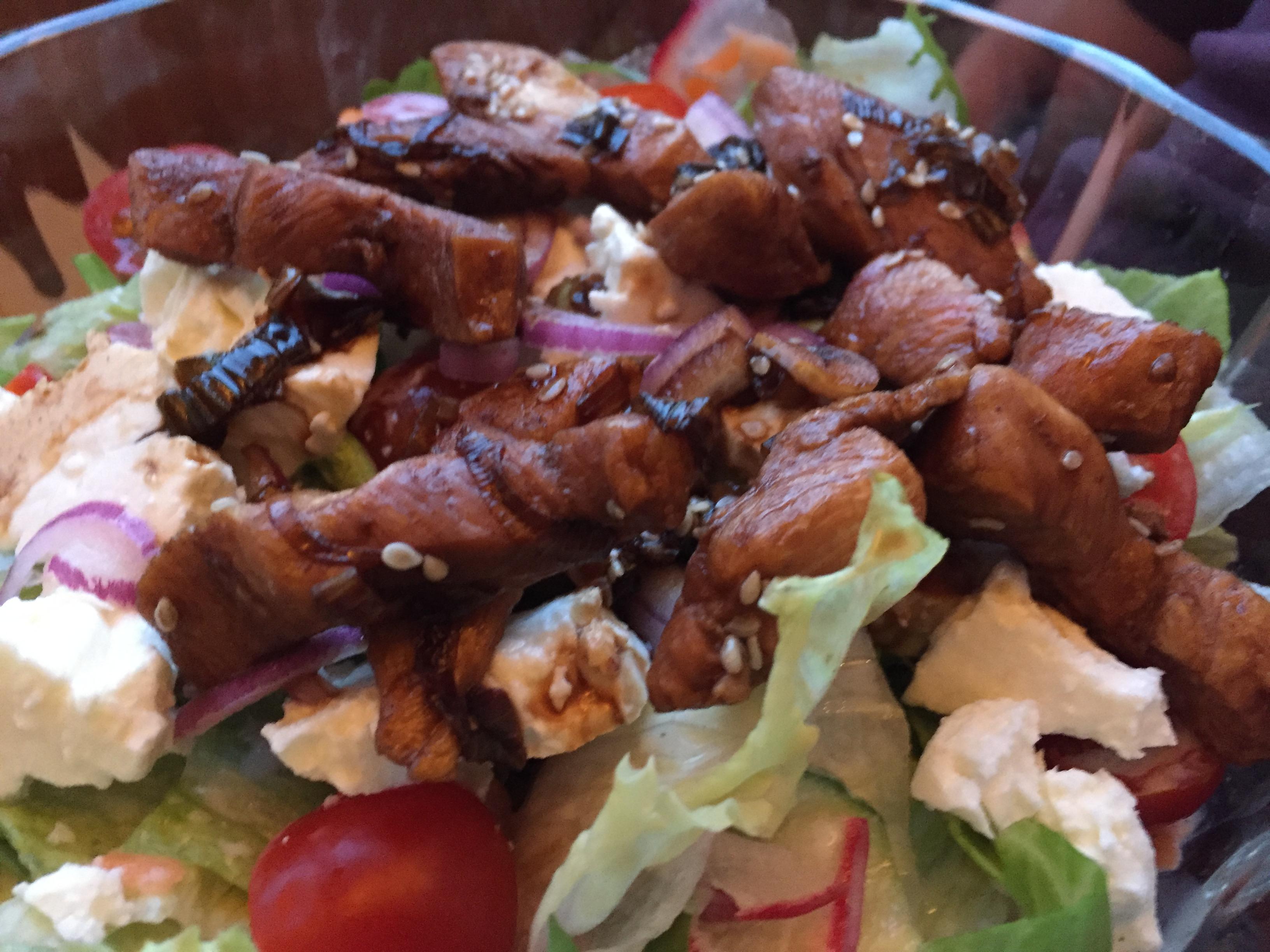Salat mit gebratenen Hühnerstreifen auf waskochen.at