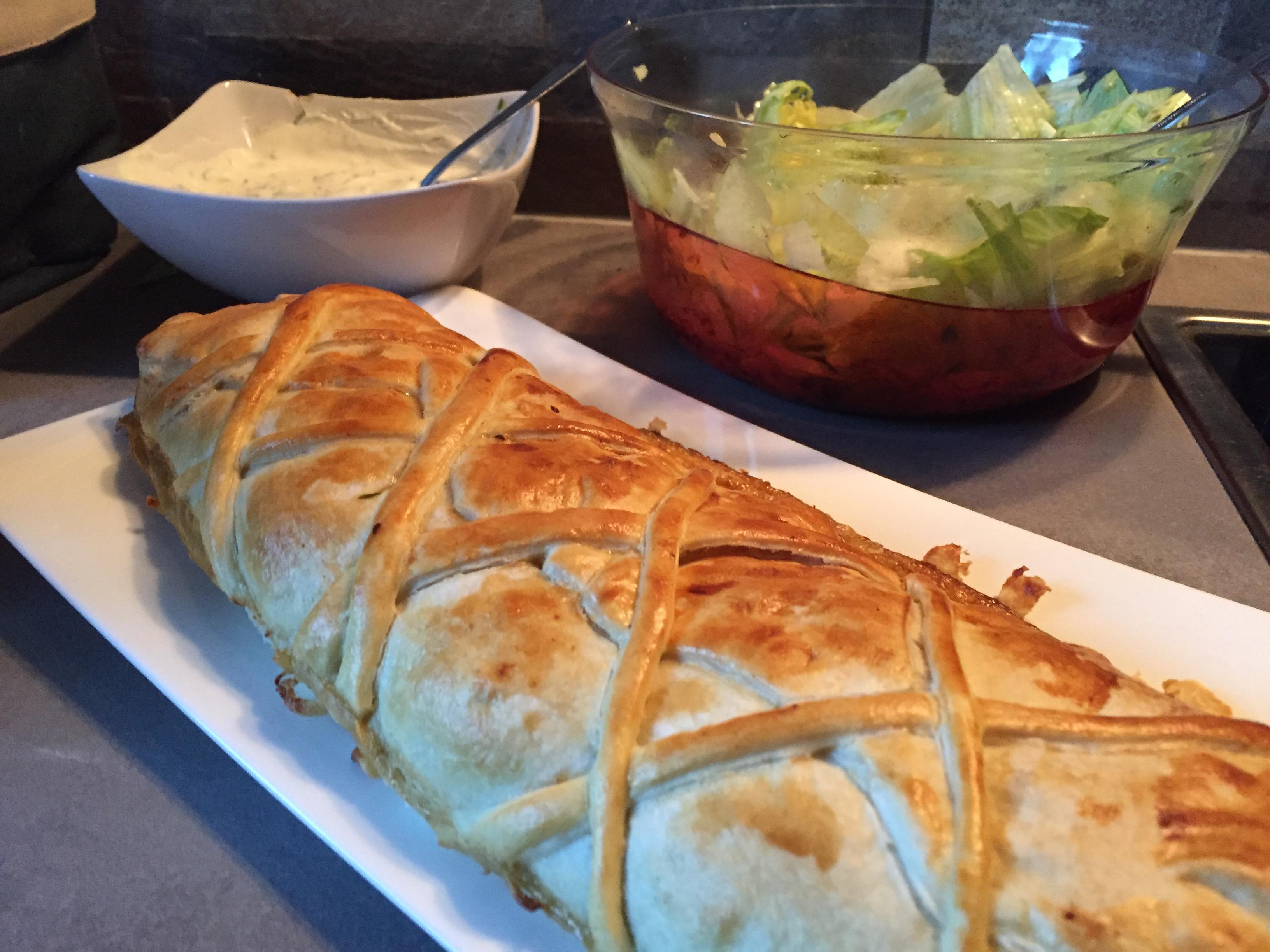 Strudel mit Schnittlauchsauce und Salat auf waskochen.at