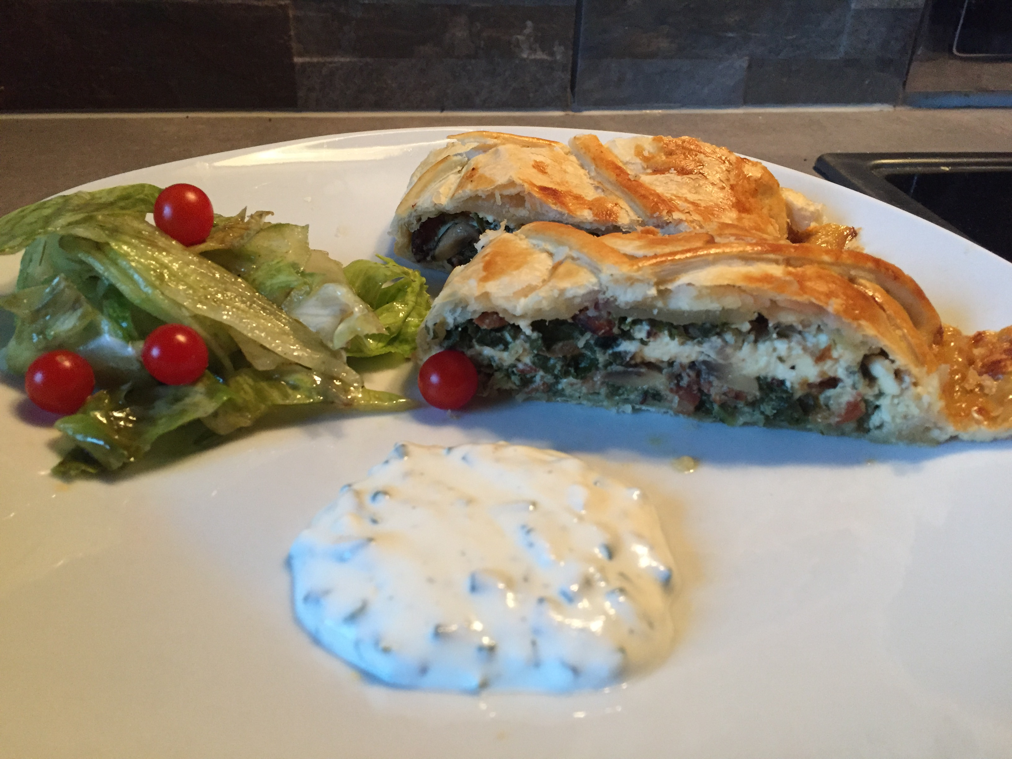 Spinatstrudel mit Schnittlauchsauce und Salat auf waskochen.at